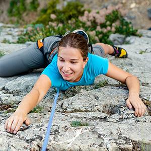 Femme qui fait de l'escalade en Dordogne