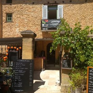 Vue extérieur d'un restaurant traditionnel en Dordogne
