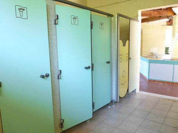 Douches chaudes dans les sanitaires du camping