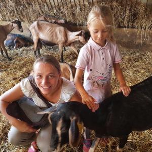 Les enfants apprécient de caresser les chèvres
