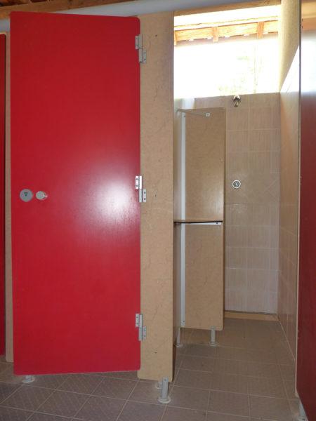 Les cabines de douche de l'espace sanitaire