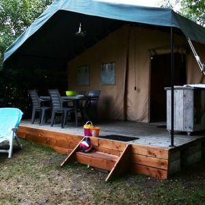 Terrasse extérieure du grand bungalow toilé