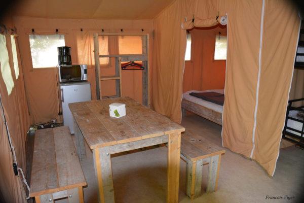 Mobilier en bois dans la salle à manger