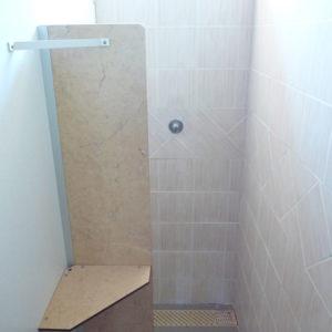 Grandes douches avec tablettes pour les affaires