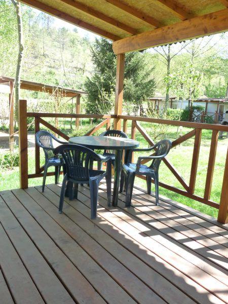 Terrasse en bois du mobil'home pour deux personnes
