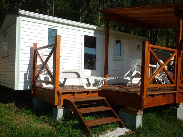 Extérieur et terrasse en bois du mobil'home 3 personnes