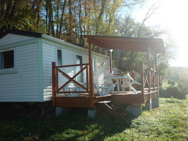 Emplacement et terrasse en bois du mobil'home 3 personnes