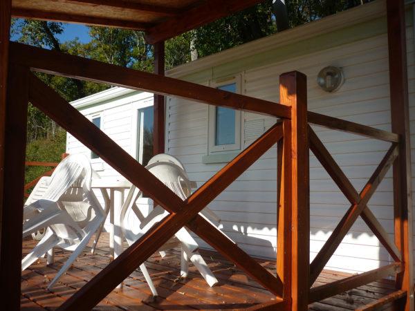 La terrasse en bois du mobil'home 3 personnes