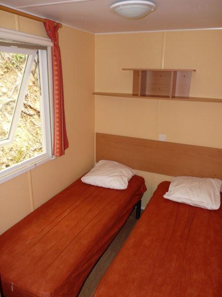 Chambre avec deux lits simples du mobil'home pour 4 personnes
