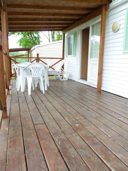 La grande terrasse en bois du mobil'home pour 4 personnes