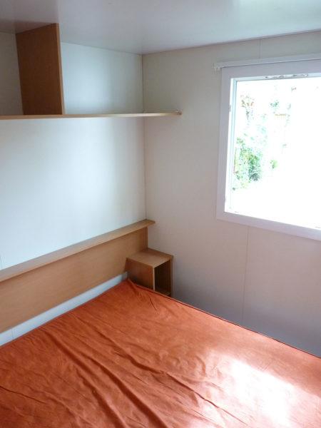Chambre avec un lit double mobil'home pour 5 personnes
