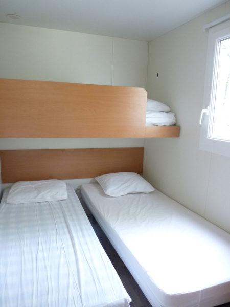 Chambre avec deux lits simples d'un mobil'home pour 5 personnes