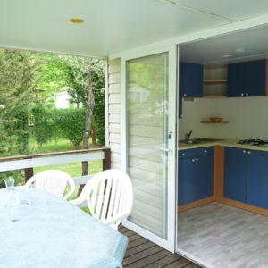 Vue de la terrasse sur la cuisine mobil'home pour 5 personnes