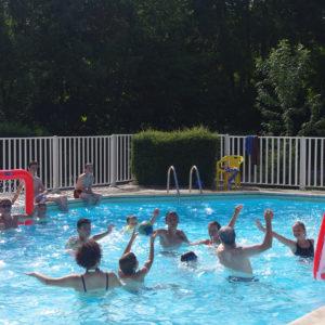 Baignade et amusement dans la piscine