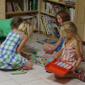 Petites filles qui jouent