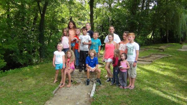 Groupe d'enfants au camping