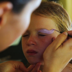 Un atelier de maquillage au club enfant