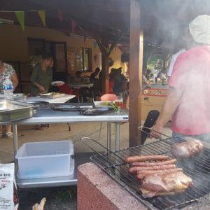 Repas animé autour d'un bon barbecue