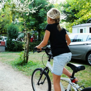 Vélo en toute séccurité dans les allées du camping