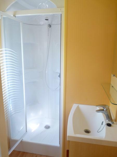 Espace salle de douche du mobil'home pour 2 personnes du camping