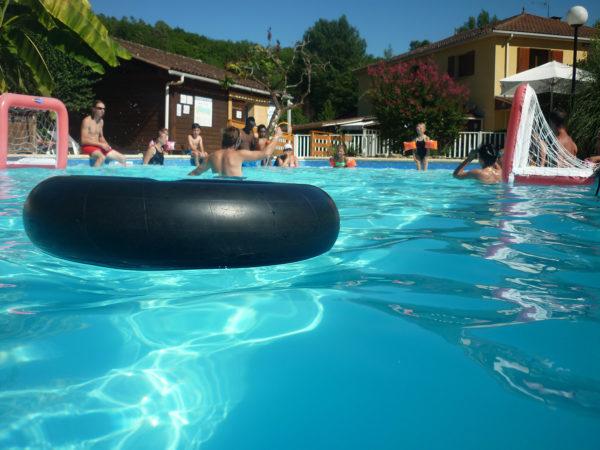 Amusement avec les bouées dans la piscine du camping