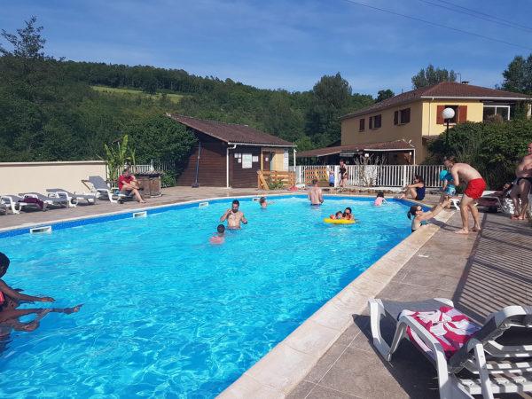Baignade en famille à la piscine chauffée