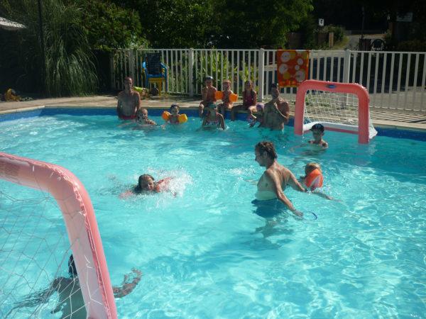 Jeux d'eau dans la piscine