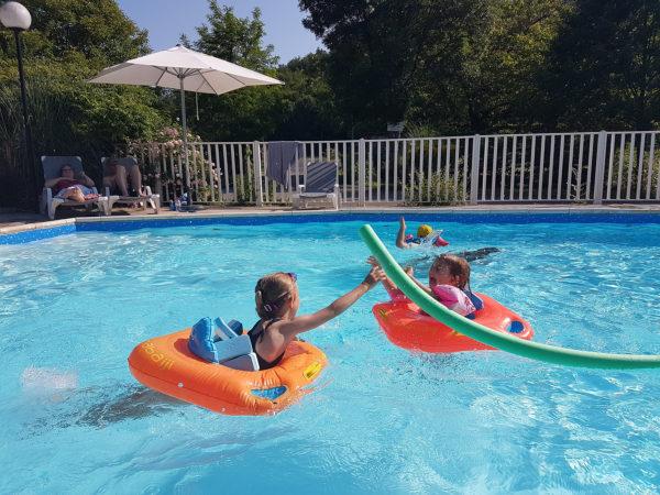 Les plus jeunes se baignent avec leurs bouées