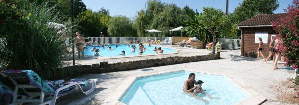 Grand bassin et petit bassin de la piscine du camping