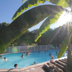 Campeurs dans l'espace aquatique chauffé