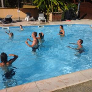 Jeux et nage dans le bassin chauffé du camping