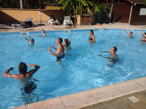 Jeux et nage dans le bassin chauffé