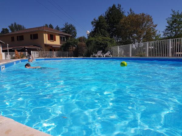 Eau propre de la piscine chauffée