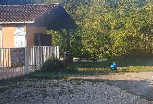 Terrain plat pour accéder à la piscine
