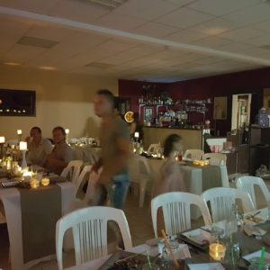 Salle de fêtes avec tables et chaises