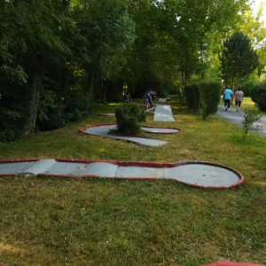 Mini-golf en exterieur disponible au camping La Lénotte