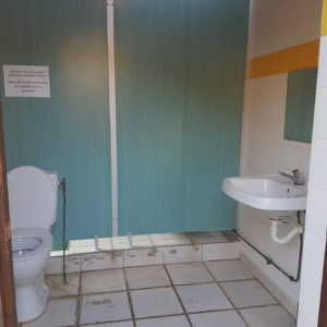Cabine toilette spacieuse accessible PMR