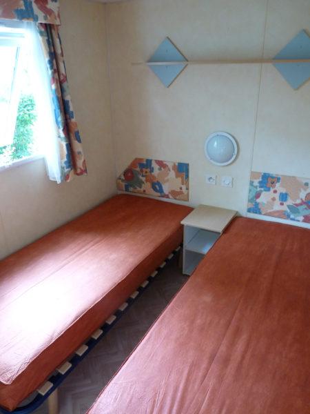 Chambre avec deux lits simples mobil'home 4 à 6 personnes