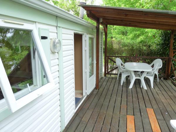 Terrasse en vois avec pergola d'un mobil'home 4 à 6 personnes