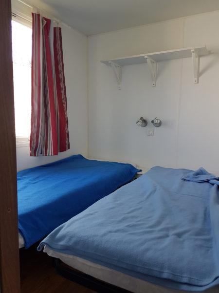 Chambre deux lits simples du mobil'home pour 6 personnes