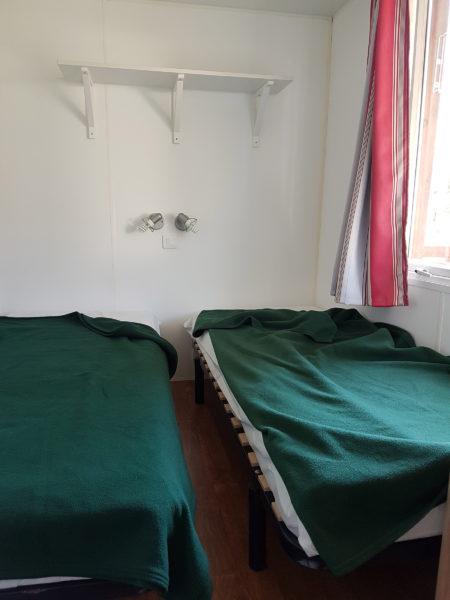 Chambre avec 2 lits simples pour un mobil'home pour 6 personnes