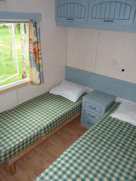 Chambre deux lits simples du mobil'home pour 8 personnes