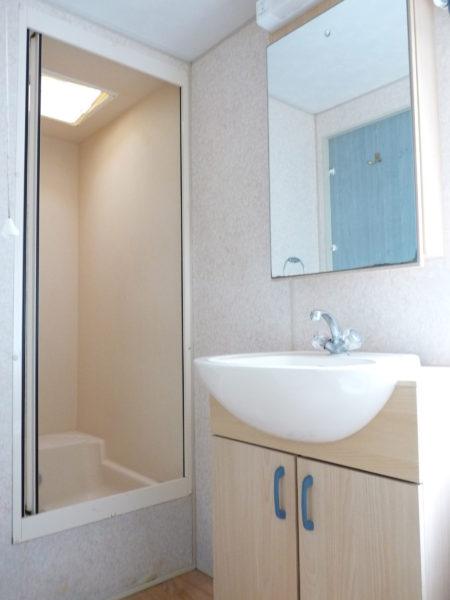 Salle de douche d'un mobil'home pour 8 personnes