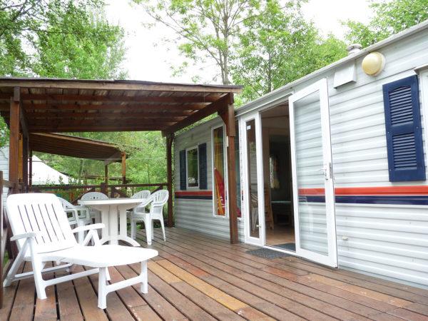 Terrasse en bois vue extérieure du mobil'home pour 6 personnes du camping