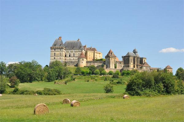 Château de Biron installé sur une butte en Dordogne
