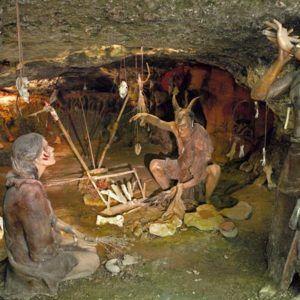 Reconstitution d'une scène de vie de la préhistoire dans un parc préhistorique