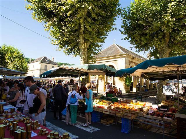 Les étales du marché de Sarlat en été