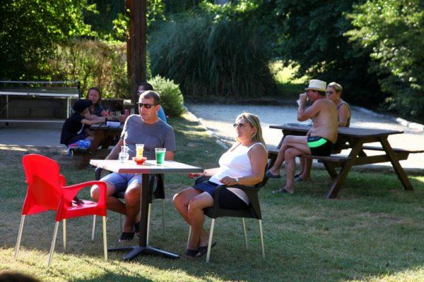 Espace extérieur pour manger et boire un verre au camping
