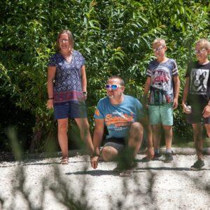 Activité pétanque en famille au camping La Lénotte en Dordogne