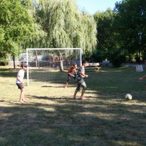 Match de foot entre les enfants du camping La Lénotte